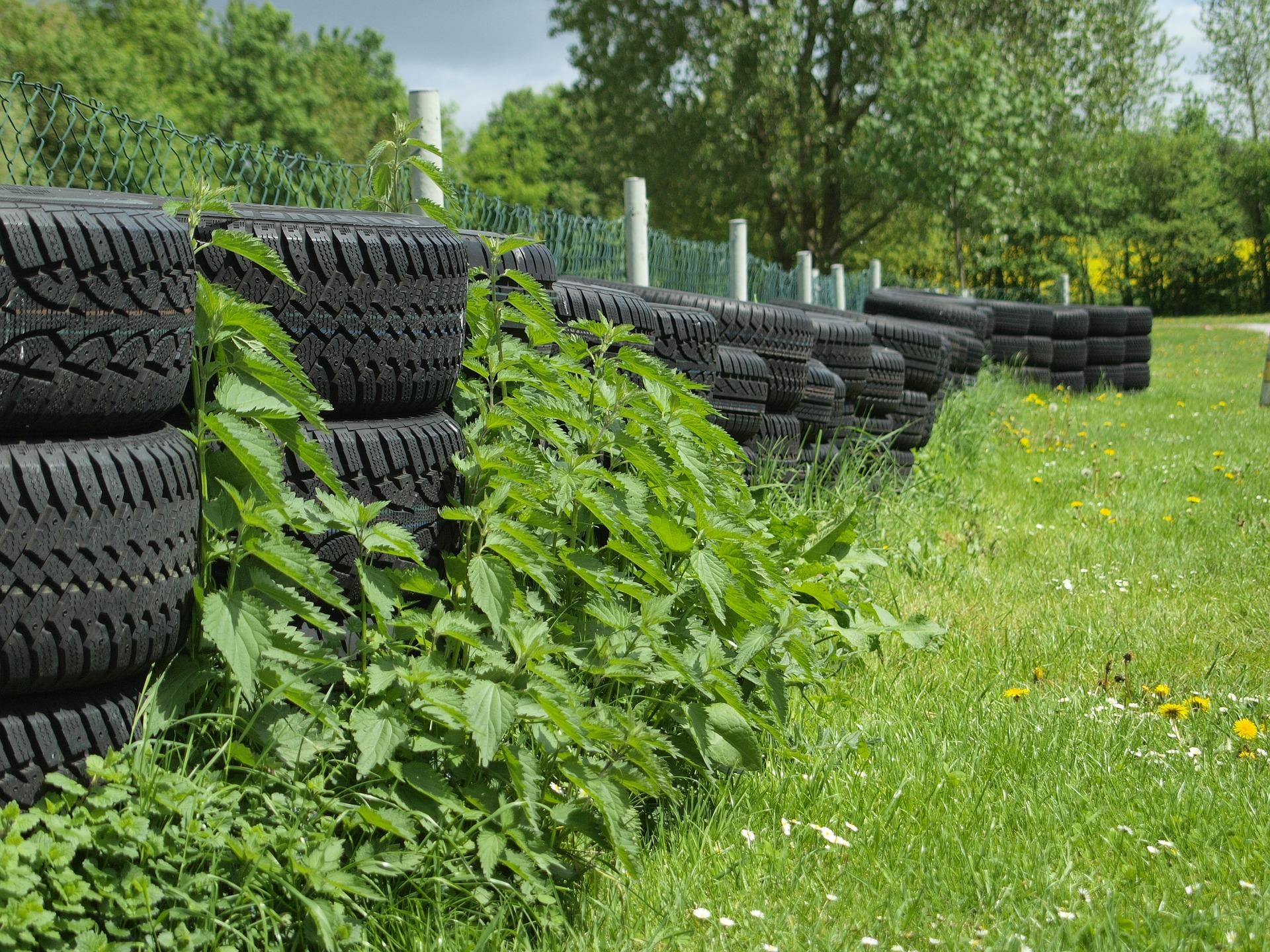 Muro di gomme - materiali riciclati